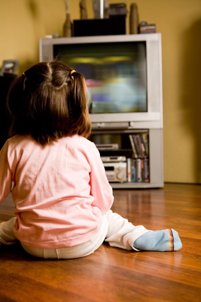 Девушка смотрит телевизор фото со спины